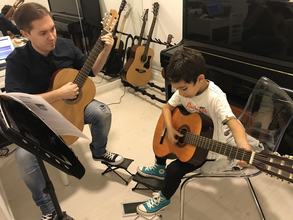 Guitar lessons Dubai - Melodica.ae